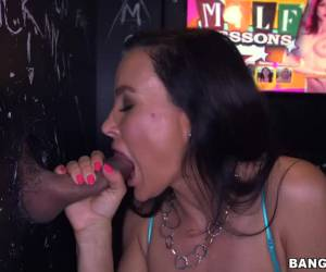 Lisa Ann mama y folla en un glory hole